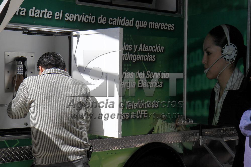 TOLUCA, México.- Fue puesto en operación el  Centro Móvil de la Comisión Federal de Electricidad (CFE) en donde los usuarios del servicio de luz  podrán consultar su cuenta, pagar y  aclaración de dudas. Agencia MVT / Crisanta Espinosa. (DIGITAL)