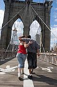 A couple walk Brooklyn bridge to Manhattan.<br /> <br /> Una pareja camina por el puente de Brooklyn en dirección a Manhattan.