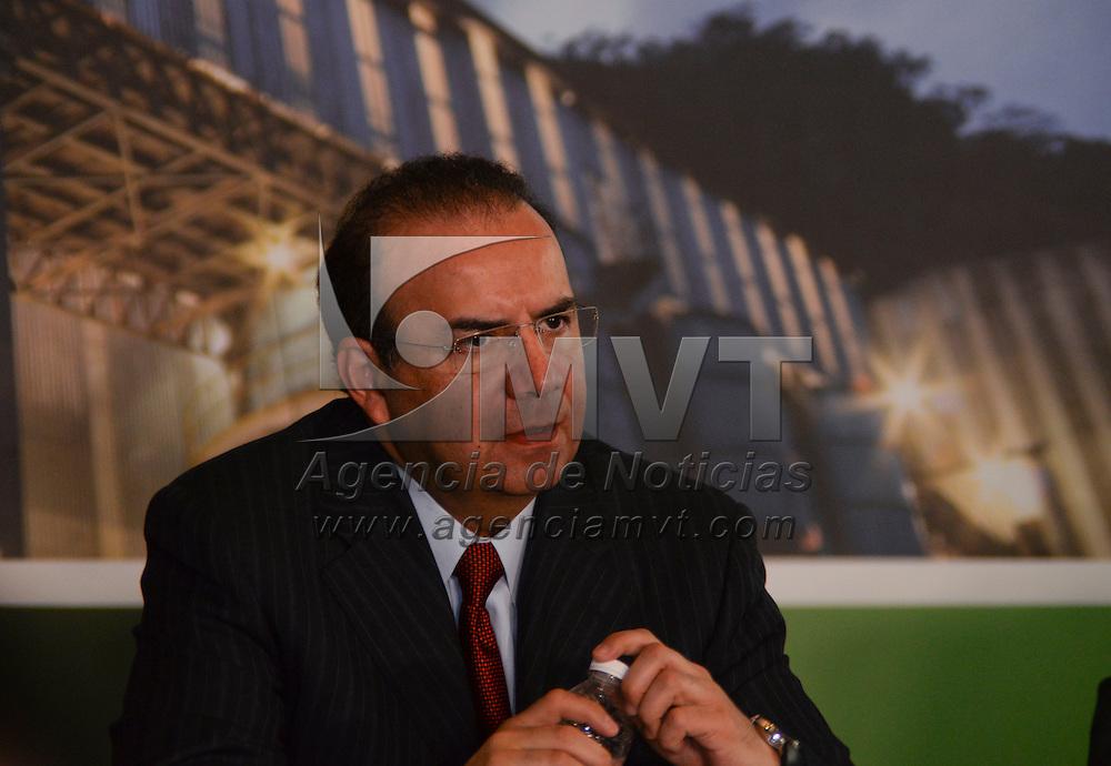 Toluca, México.- Eruviel Ávila Villegas, gobernador del Estado de México y Alfonso Navarrete Prida, Secretario del  Trabajo Federal, durante la instalación y toma de protesta del Comité Estatal de Productividad. Agencia MVT / Crisanta Espinosa