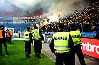 Fotball , Tippeligaen , Eliteserien<br /> 30.10.16 , 20161030<br /> Vålerenga - Lillestrøm<br /> Polititjenestemenn holder øye med bortefansen , like før kampen ble sparket igang, noe forsinket, etter ett Pyro-show fra bortefansen<br /> Foto: Sjur Stølen / Digitalsport