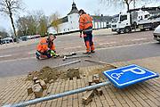 Nederland, Born Limburg, 28-2-2013Straatenmakers bezig met parkeervakken in het centrum van deze plaats.Foto: Flip Franssen/Hollandse Hoogte