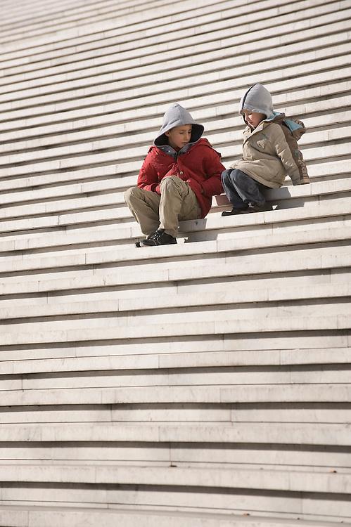 Frankrijk, Parijs, 31 jan 2010.La Defense, eye-catcher, beeldbepalend gebouw met een enorme trap waar met mooi weer veel toeristen op te vinden zijn...Foto (c)  Michiel Wijnbergh