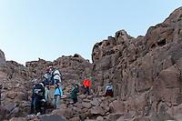 Turister og pilgrimmer på stien til Mosesfjellet, Sinai..Erosjon