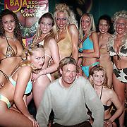 Big Boop contest Baja Rotterdam, Hans Kraaij Jr. met deelneemsters in bikini