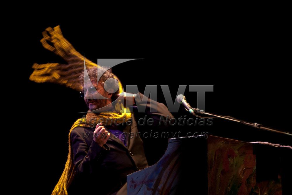 VALLE DE BRAVO, Mexico.- El cantante argentino Fito Paez durante su presentacion en el Festival de Las Almas. Agencia MVT / Mario Vazquez de la Torre. (DIGITAL)