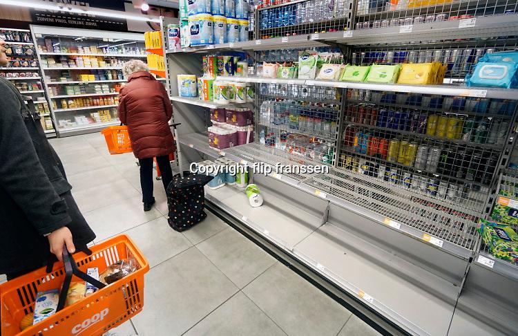Nederland, Nijmegen, 13-3-2020 Vanwege het coronavirus en de maatrgelen om het in te dammen zijn veel mensen begonnen met hamsteren. In de winkels zijn lege schappen bij de hetr papier, desinfecterende gels, soep uit blik en paste . Foto: Flip Franssen