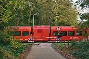 Nederland, Terborg, 5-11-2020 Een bewaakte spoorwegovergang. De spoorbomen zijn omlaag en de rode lichten knipperen.Foto: ANP/ Hollandse Hoogte/ Flip Franssen