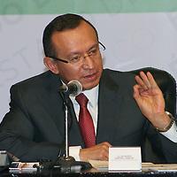 Toluca, México.- Raymundo Martínez Carbajal, Secretario de Educación  durante la firma del acuerdo estratégico por la Educación Media Superior y Superior entre la UAEM y el GEM. Agencia MVT / José Hernández