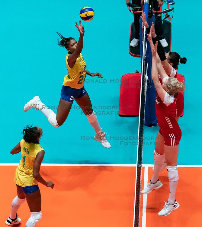 29-05-2019 NED: Volleyball Nations League Poland - Brazil, Apeldoorn<br /> Agnieszka KakolewskaC #5 of Poland, Lorenne Geraldo Teixeira #24 of Brazil, Mara Ferreira Leao #1 of Brazil