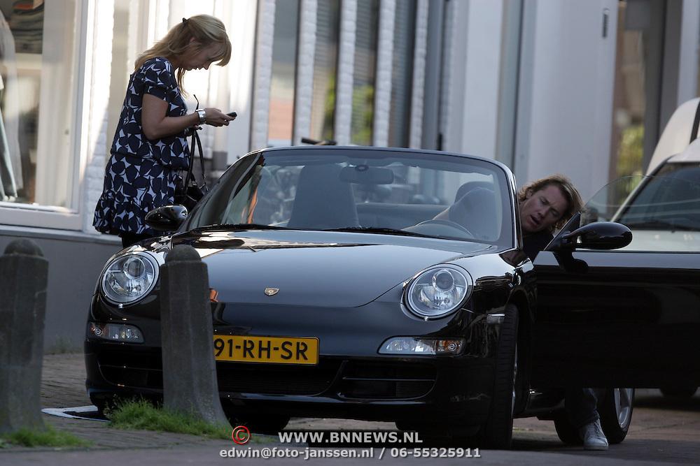 NLD/Laren/20080830 - Linda de Mol en partner Jeroen Rietbergen winkelend in Laren NH