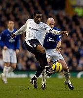 Fotball<br /> England 2004/2005<br /> Foto: SBI/Digitalsport<br /> NORWAY ONLY<br /> <br /> Everton v Bolton Wanderers<br /> Barclays Premiership, 04/12/2004.<br /> <br /> Bolton's Jay Jay Okocha (L) holds off Everton's Lee Carsley