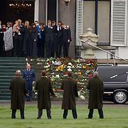 Overbrengen lichaam van overleden prins Bernhard van paleis Soestdijk, lijkwagen, gehele Koninklijke familie en kinderen, Beatrix, Irene, Christina en Magriet op het bordes, kleinkinderen