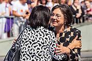 Oud Tweede Kamervoorzitter Gerdi Verbeet verwelkomt de huidige voorzitter Khadija Arib.