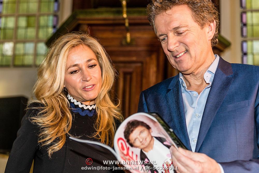 NLD/Amsterdam/20170201 -  Lancering All You Need Is Love Magazine, Wendy van Dijk en Robert ten Brink bekijken het magazine