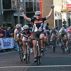 Sportfoto archief 2006-2010<br /> 2010<br /> Kirsten Wild wint de eerste wedstrijd in de topcompeititie de ronde van Gelderland. Rochelle Gillmore 2nd en Kirsty Broun