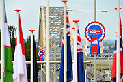 Nederland, Nijmegen, 15-7-2016 De voorbereidingen voor de komende 100e vierdaagse en bijhorende zomerfeesten zijn in volle gang. De vlaggen van 76 landen waar deelnemers vandaan komen worden opgehangen bij het Trajanusplein . Zaterdag gaan de zomerfeesten in de stad van start en vanaf dinsdag de lopers aan de vierdaagse Foto: Flip Franssen