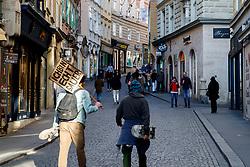 """THEMENBILD - Die beinahe leere Sporgasse in Graz in Folge des Coronavirus-Ausbruchs in Österreich, aufgenommen am 15.03.2020 in Graz, Österreich // The almost empty """"Sporgasse"""" as a result of the coronavirus outbreak in Austria, on 2020/03/15 in Graz, Austria. EXPA Pictures © 2020, PhotoCredit: EXPA/ Erwin Scheriau"""