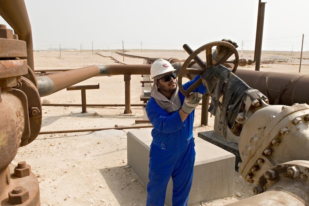 Erdölförderung in den Golfstaaten; Ölarbeiter der BAPCO an einer Erdöl Pipeline in Wüste | worker in Bahrain at oil pipeline