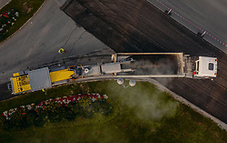 THEMENBILD - Arbeiter mit Baumaschinen tragen die Fahrbahnoberfläche einer Landesstrasse ab, aufgenommen am 20. September 2019 in Kaprun, Oesterreich // Workers with construction machines remove the road surface of a national road in Kaprun, Austria on 2019/09/21. EXPA Pictures © 2019, PhotoCredit: EXPA/ JFK