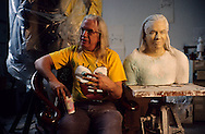 New York. Paul Otterness, DUMBO area, artist studio in Brooklyn; Paul Otterness (US) with his bust by johnern  New York  Usa /   Dumbo, atelier d'artistes à Brooklyn;   Paul Otterness (US) avec son buste  par johnern   New York  USa