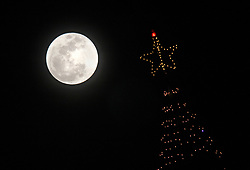 January 1, 2018 - San Diego, CA, United States - The first of two January moons rises full above Sea World's Skytower in San Diego, CA Monday night.  This one is a super moon.  A super moon is a new or full moon that reaches its fullest point near the time of perigee -- or when it is at its closest point to Earth in its monthly orbit. (Credit Image: © John Gastaldo via ZUMA Wire)