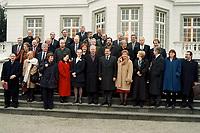 11.01.1999, Deutschland/Bonn:<br /> Familienfoto nach der gemeinsamen Sitzung von Bundeskabinett und Europäischer Kommission auf der Freitreppe des Palais Schaumburg, Bundeskanzleramt, Bonn<br /> IMAGE: 19990111-03/01-21