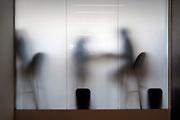 Engeland, Londen, 10-4-2019Centrum van de stad. Tate modern art museum . Door een wand van melkglas zijn schimmen van mensen te zien. .Foto: Flip Franssen