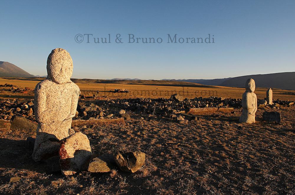 Mongolie. Province de Bayan Olgii. Parc National Altai Tavanbogd. Statue de pierre Turc. // Mongolia. Bayan Olgii province. Altai Tavanbogd National Park. Turkish stone statue.