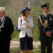NLD/Hilversum/20060503 - HM de Koninging Beatrix opent de langste natuurbrug ter wereld : Natuurbrug Zanderij Crailo in Hilversum, secrataris en hofdame van de Koninging