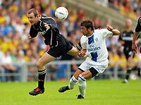 Fotball<br /> Foto: Scott Heavey, Digitalsport<br /> Oxford v Chelsea<br /> Pre-season friendly. 17/07/2004.<br /> Mateja Kezman of Chelsea gets the better of David Mackay (L)