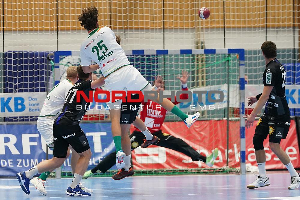 15.10.2020, Klingenhalle, Solingen,  GER, 1. HBL. Herren, Bergischer HC vs. HSG Wetzlar, <br /><br />im Bild / picture shows: <br />Olle Forsell Schefvert (HSG Wetzlar #25),  mit einem verworfenen Ball Christopher Rudeck Torwart (BHC #1), haelt<br /><br /><br />Foto © nordphoto / Meuter