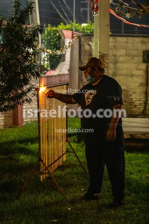 24 julio 2021, Tultepec, México. Pirotécnico encendienco salva en honor de Santiago Apóstol.