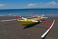 Indonesie. Bali. Bateau de peche a Goa Lawah. // Indonesia. Bali. Fishing boat at Goa Lawah.