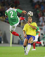 Fotbal, 19. juni 2005, Confederations Cup Mexico - Brasil , v.l. Aaron Galindo, Adriano BRA