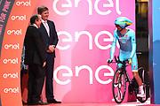 Koning Willem-Alexander is aanwezig bij de start van de proloog van de Giro d'Italia  , in Apeldoorn <br /> <br /> King Willem-Alexander is present at the start of the prologue of the Giro d'Italia in Apeldoorn