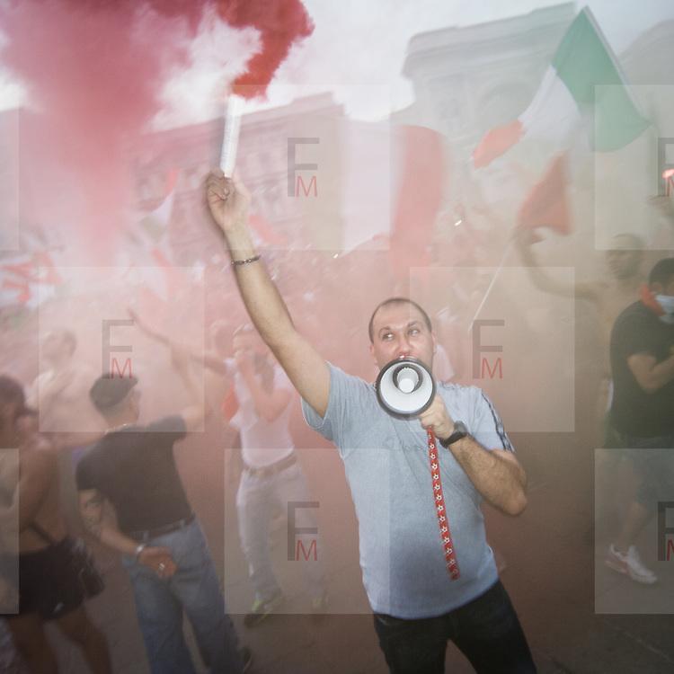 Semifinale Italia Germania Europei 2012: tifosi italiani in Piazza Duomo a Milano.