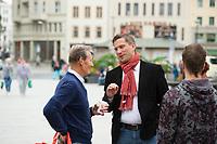 DEU, Deutschland, Germany, Görlitz, 22.08.2014: Martin Dulig, Partei- und Fraktionsvorsitzender der SPD in Sachsen, bei der Küchentischtour im Gespräch mit Bürgern auf dem Marienplatz in Görlitz.