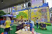 Nederland, Nijmegen, 19-8-2015Tijdens de introductie voor eerstejaars studenten aan de Radboud universiteit is traditioneel een dag ingeruimd om de stad te leren kennen. o.a. Het Valkhofpark en gemeentelijk museum het Valkhof werden bezocht. Studentenvereniging Ovum Novum bereidt zich voor op een feest en lange avond. Zij hebben hun buitenterras gemeubileerd met kratjes Bavaria bier.FOTO: FLIP FRANSSEN/ HOLLANDSE HOOGTE