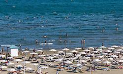 THEMENBILD - Touristen unter Sonnenschirmen genießen ihren Urlaub am Strand mit dem Blick auf das Mittelmeer an einem heissen Sommertag, aufgenommen am 15. August 2018 in Larnaka, Zypern // Tourists under umbrellas enjoy their vacation on the beach with the view of the Mediterranean Sea on a hot summer Day, Larnaca, Cyprus on 2018/08/15. EXPA Pictures © 2018, PhotoCredit: EXPA/ JFK