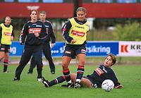 Ingrid Camilla Fosse Sæthre, U21K, i duell med Ingvild Stensland, U21K. Trening foran kampen mot Sverige. U21 kvinner 2000. Kvinnefotball. 8. september 2000. (Foto: Peter Tubaas/Fortuna Media)