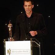NLD/Bussum/20051212 - Uitreiking Gouden Beelden 2005, Sipke Jan Bousema reikt het beeld voor Jeugd uit