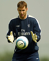 Fotball<br /> 20.07.2004<br /> Premier League<br /> Foto: SBI/Digitalsport<br /> NORWAY ONLY<br /> <br /> Chelsea Training Session. 20/07/2004.<br /> Petr Cech warms up