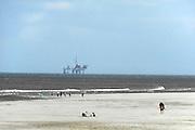 Nederland, Ameland, 21-8-2012 Boorplatform van de NAM. Er zijn 3 booreilanden en productieplatforms Ameland- Westgat, Ameland-Oost en Noordveld. Op de voorgrond het strand met badgasten , wandelaars en de reddingsbrigadeFoto: Flip Franssen/Hollandse Hoogte