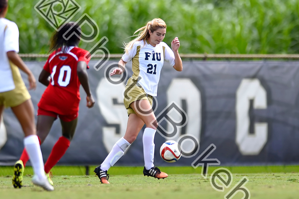 2015 October 25 - FIU's Nikki Rios (21). Florida International University fell to Florida Atlantic, 0-2, at the FIU Soccer Complex, Miami, Florida. (Photo by: Alex J. Hernandez / photobokeh.com) This image is copyright by PhotoBokeh.com and may not be reproduced or retransmitted without express written consent of PhotoBokeh.com. ©2015 PhotoBokeh.com - All Rights Reserved
