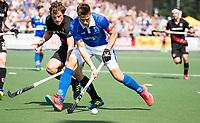 UTRECHT -  Sander de Wijn (Kampong) met Boris Burkhardt (A'dam)   tijdens   de finale van de play-offs om de landtitel tussen de heren van Kampong en Amsterdam (3-1). COPYRIGHT  KOEN SUYK