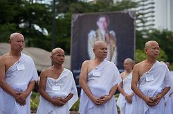 October 21, 2016 - Bangkok, Thailand - Thais mourners are ordained as monks and novices to honor the late Thai King Bhumibol Adulyadej at Rama 9 Temple in Bangkok, Thailand, on October 21, 2016. (Credit Image: © Anusak Laowilas/NurPhoto via ZUMA Press)