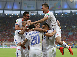 18-06-2014 BRA: World Cup Spanje - Chili, Rio Janeiro<br /> Chili wint met 2-0 van Spanje die door deze uitslag is  uitgeschakeld / Chile's players celebrate for a goal of Charles Aranguiz (front)<br /> <br /> *** NETHERLANDS ONLY ***