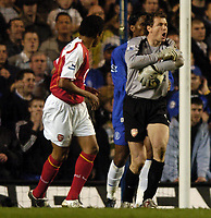 Fotball<br /> England 2004/2005<br /> Foto: SBI/Digitalsport<br /> NORWAY ONLY<br /> <br /> Chelsea v Arsenal<br /> Barclays Premiership. 20/04/2005<br /> <br /> Jens Lehman complains that he has been hurt in a collision with Didier Drogba