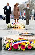 Staatsbezoek aan Frankrijk dag 1 - Welkomstceremonie bij de Arc de Triomphe<br /> <br /> State Visit to France Day 1 - Welcome ceremony at the Arc de Triomphe<br /> <br /> Op de foto / On the photo:   Koning Willem Alexander en Koningin Maxima  leggen een bloemstuk bij het Graf van de Onbekende Soldaat, ook de Garde Republicaine is aanwezig.  // The King and Queen lay a wreath at the Tomb of the Unknown Soldier, Guard Republicaine also present.