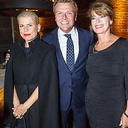 NLD/Amsterdam/20150919 - Modeshow Mart Visser - The Confidence, Bastiaan Ragas met Anne-Marie Jung (l) en Lieneke le Roux (r)